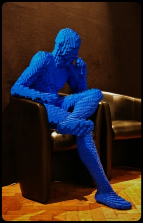 "BLUE GUY SITTING/Expo ""Art of the brick"". Bruxelles 2014"