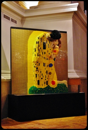 "the kiss/Expo ""Art of the brick"". Bruxelles 2014"