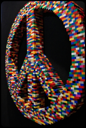 "Peace symbols/Expo ""Art of the brick"". Bruxelles 2014"