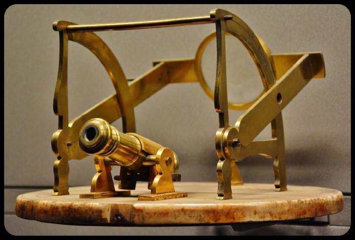 Cadran solaire horizontal à canon. XVIII e siècle.Musée des arts et des métiers 2015