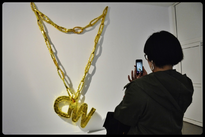 Expo Médusa Paris-necklace CNN de Thomas Hirschhorn 2002